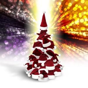 Baum aus Weihnachtsmützen